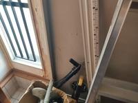 軽量鉄骨旧ナショナルホーム玄関ドアどうするんですか。 天井もう少し剥ぎました。清さんのおっしゃるとおり枠は梁から爪のような金具で支えてるようです。 これネジだけで鉄ドア支えてるんですか!?ネジ外したらガシャーンするんですか? 親子ドア買ったのになんかタイル貼ってるしどうするんですか。 爪のような金具にヴェナートの枠吊ったらリフォームできるんですか!? お二階クソ猫が勝手に入ってあんたらが扉取...