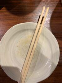 割る前の割り箸で飲み物を混ぜ、しばらく置いておくと割り箸の先端から徐々に開いてきます。 なぜでしょうか。