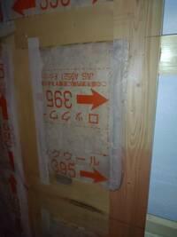 ロックウール断熱材施工中です。 現在、ロックウールを敷き詰め、気密シートを貼ってあるところなのですが、隙間やテープが貼られていない箇所などがあり、皆様に見ていただきアドバイスをいただければと思います。  ①ロックウール自体は隙間があっても気密シートで覆われるのでいいものなのでしょうか?  ②サイズの都合で断熱材をカットして中身がむき出しの部分がありますがこれまた気密シートで覆われるのでいいも...