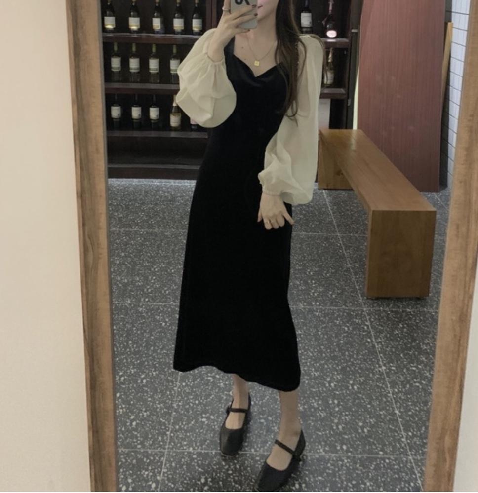 お時間を取りませんのでご回答下さい。 先日通販で購入したワンピースですが、 私は私服で友達と遊びに行く時に着て行けると思っていましたが、家族からはパーティーや式典の時に着ていく服なのでは、、 と意見が割れました。 この服で普段で歩いたらおかしいですか? また、この服を着て待ち合わせ場所に来たらどう思いますか? 自分ではわからないので教えて下さい。 よろしくお願いします。