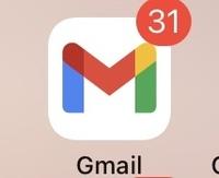 iPhone6sでGmailを使っています。 最近、通知バッチの数がおかしいです。 実際には2,3通しか届いてないのに、画像のように30通前後と表示されます  解決方法を教えてください。