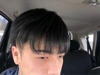くせっ毛でM字ハゲみたいなりまふ。 あと髪の束とバラけてるの半端でやです。 どうすればいいですか??