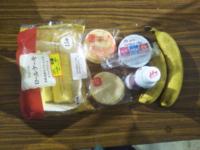 みなさん今日のおやつはなんですか?…僕は「半額ロールケーキとサラダせんべいとヨーグルトWとバナナ2本」です❤。