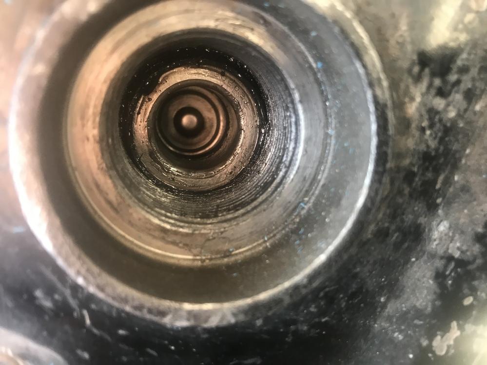GL1500に詳しい方よろしくお願い致します。 スイングアームのピボットボルトを締めると ユニバーサルジョイントに当たってしまいリヤタイヤが回りません。 画像の様にユニバーサルジョイントがスイングアームすれすれに見えます。 考えられる原因はなんでしょうか? よろしくお願い致します。