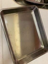 このバットはステンレス製かアルミ製どちらかわかる方いらっしゃいますか? オーブンを使って湯煎焼きをしたいのですができますか?