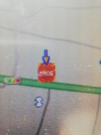 カーナビについての質問です。 ダイハツ純正ナビNHDC-W57で、ガソリンスタンドのアイコンの上に表示される矢印(添付画像を参照)の消しかたがわからず困っています。 カーナビに詳しい方や、私と同じものを使っ...