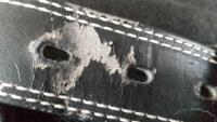 ベルトの表面がこんな風にボロボロになるのは、合皮だからですか? 長く使っても綺麗なままのベルトはどんなものですか?(手入れなどはないほうがいいです)