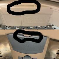 洗濯機の洗剤、柔軟剤の入れる場所について 画像で囲ってあるかなり小さなくぼみに入れる で正解ですか? それとも囲ってあるところを手で引いたりしてそこの淵とかに入れるのでしょうか?