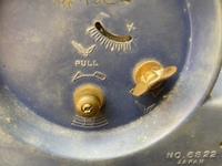 時計に詳しい方がおられましたら教えてください。  屋根裏から祖父の持ち物と思われる古い置き時計が出てきました。 メーカーはリズムと書いてあり、一緒に入っていた手紙から昭和36年に貰ったもののようです。  手巻き時計と思いネジを巻いてみましたが、動作はしませんでした。 なんとか動くようにしてみたくて、とりあえず分解して外装を洗うことから始めようと思いましたが、ネジを外しても画像のよう...