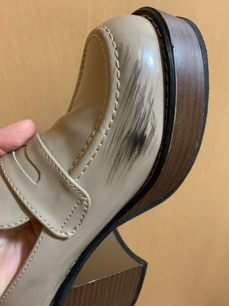 【至急】 画像のような靴汚れはどうすれば落ちますか...? ウタマロ、消しゴム、台所用洗剤、メイク落とし、歯磨き粉を試してみたのですが、どれも全く落ちません... 生地は合皮だと思います。