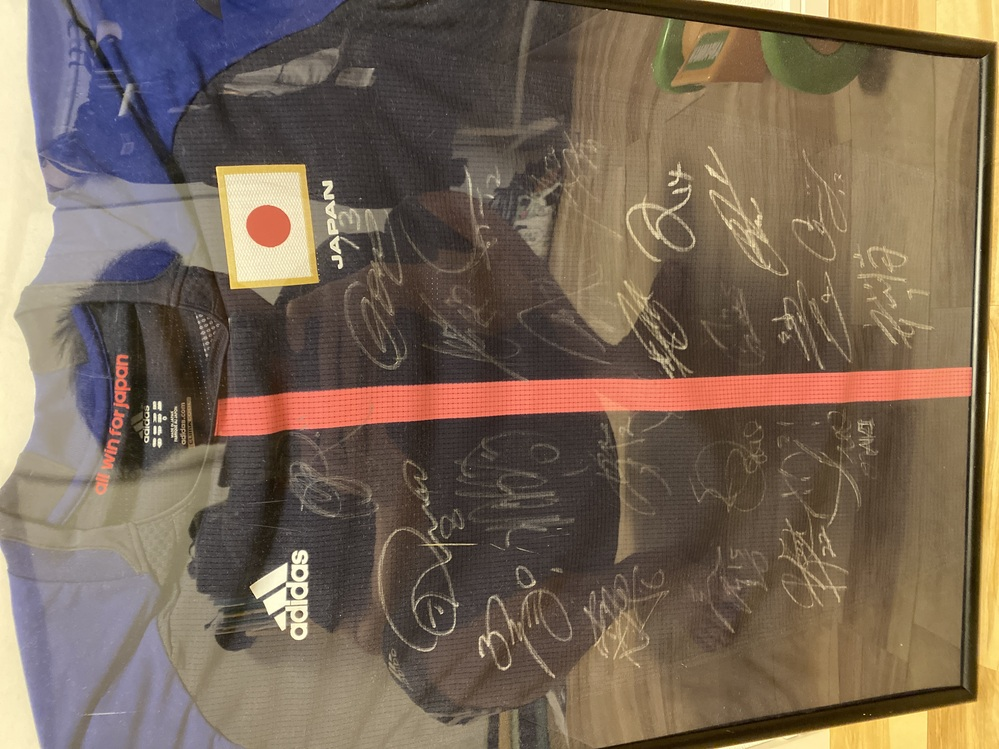 なでしこジャパンがワールドカップ優勝した時の、スタメン全員の直筆サイン入りユニフォームを持っています。 つてで頂きました。 ユニフォーム自体も非売品のワールドカップ時の物とのことです。 世界に2...