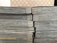本を14冊発送するためにメルカリでダンボールを買いました。 ためしに本を梱包して入れてみたところ、ダンボールの大きさを間違えてしまったみたいで、本の縦の長さが余ってしまいます。なので7.7に分けて写真のように入れようと思っているのですが、あまり好ましくありませんか? 写真のように入れると上に隙間ができ、横は丁度いい感じです。高さも丁度いいです。写真のようにして発送するのはやめた方が良いでしょうか?