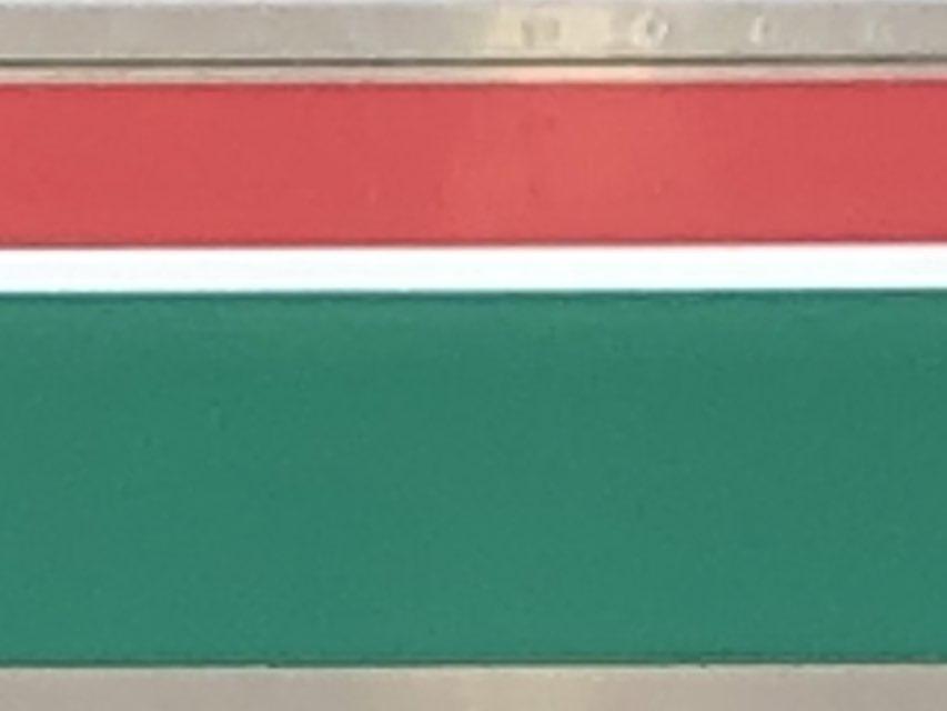 NゲージE721系の塗装が剥がれてしまい、再塗装を試みているのですが、何色を使えばいいのでしょうか?色は写真の赤色と緑色です。