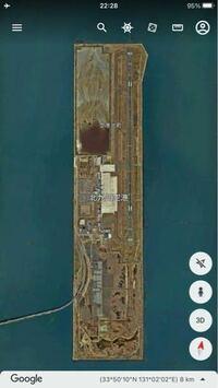 北九州空港について疑問が有ります。 北九州空港は海上空港で2,500m滑走路ですが、その人工島は南側に長大な空き地が有り、1,000m以上滑走路の延伸が可能な程に用地が有ります、何の為にあれ程に広大な人工島を造成したのでしょうか?