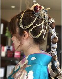 成人式でこの様なヘアセットをして頂きたいのですが 写真の様な髪飾りはどこに売っていますか?? またなんと検索すれば出てきますか??