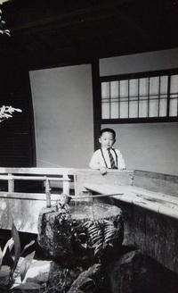 50年ほど前の写真です。 この写真は、母と母の祖母と京都へ旅行した際、京都の寺院内で撮影してもらったものです。 何度か、京都の寺院を訪れて撮影された場所を探しましたが見付かりません。  この写真の場所がどこかお分かりなる方がいらっしゃいましたら教えていただければ幸いです。
