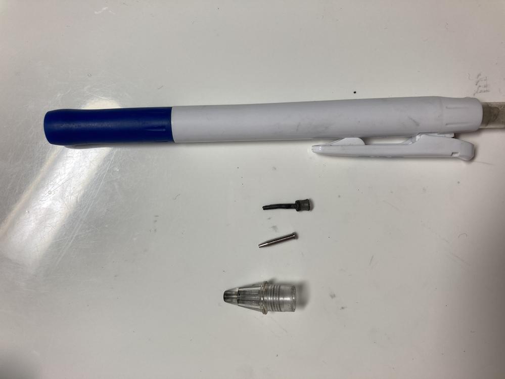 シャーペンの芯が詰まってしまって、 詰まった芯は取れたのですが、 取るために外してしまった 真ん中のシリコンが右隣の銀の部品にハマらなくて困っています。 何か方法があったら教えて欲しいです。 よ...
