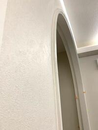 アーチ枠 R垂れ壁 R加工について 施工のプロの方と実際に施工された事がある方にご回答頂きたいです   みはしの材質WCO(アール部分はAY)のKM2144Jを設置したのですが、横から見ると、枠材と面材の隙間が大量の...