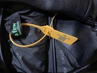 afgkでスタジャンを買ったのですがもし着なくなって売る際にタグがあった方がいいと思うのですが、タグを切らずに取る方法はありますか??