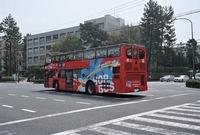これは何処でしょうか? 屋根なし2階建てバスで、ネットで調べるとスカイホップバスという会社だそうで、観光専用路線を走っているバスのようです。  何処で撮ったか覚えていないのですが、テレビで紹介していたバスが目の前を通ったので、パッと撮った記憶があります。皇居・銀座・丸の内コースと東京タワーレインボーブリッジコース、お台場夜景コースの3つがあるようですが、夜ではないので前の2つのコースだと思う...