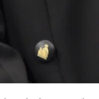 こちらの画像のボタンはどこのブランドか教えてほしいです。 ジャケットのボタンなのですが…