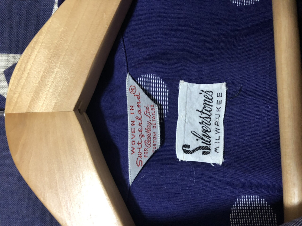 先日購入したオープンシャツの詳細が知りたいのですが、下の白いタグにSilver stonesとありレプリカブランドのシルバーストーンの物なのか、 全く関係無いものなのかどなたか教えて頂ければ幸い...