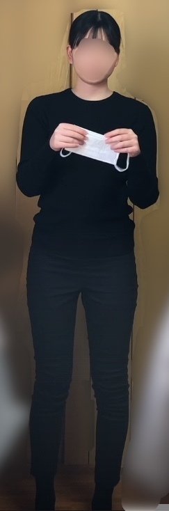 この顔の形は何型でしょうか? iphoneのカメラを固定して撮影しました。 何となく丸顔気味で輪郭を出した方が良いふうに感じましたが似合う髪型も教えて欲しいです。着衣の方が見やすいと聞いたので分かれば骨格タイプも教えてください。