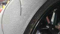 1000ccの車両にて峠でバンバン走ってる方のタイヤの写真です。タイヤの端が余ってますがまだ使えるって事でしょうか。よろしくお願いします。
