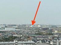 ディズニーランドのスペースマウンテン横に見える建物について。 先日、ホテルエミオン東京ベイに泊まりました。 その部屋からディズニーランドが見え写真を撮影したのですがスペースマウンテンの横にこんな建物あるっけ?と思い…。  ズームなので荒くなってしまい申し訳ありませんが、添付写真の矢印の建物です。 水色の屋根?のように見えます。 Googleでも調べてみましたが分からなくて….  回答お待ちし...