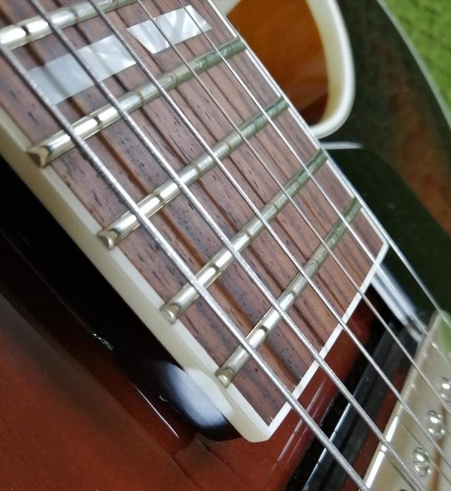 ジャズギターによく使われるフラットワウンド弦についての質問です。 先日、フルアコを購入しました。 今までダダリオのフラットワウンドを使用していたのですが、購入したギターに張られている弦が気に入りました。 購入して楽器店にも問い合わせたのですが、ハッキリしませんでした。 ダダリオのフラットワウンドはボールエンドが色分けされていると思うのですが、今回の弦は金色のボールエンド。 6~4弦はからダ...