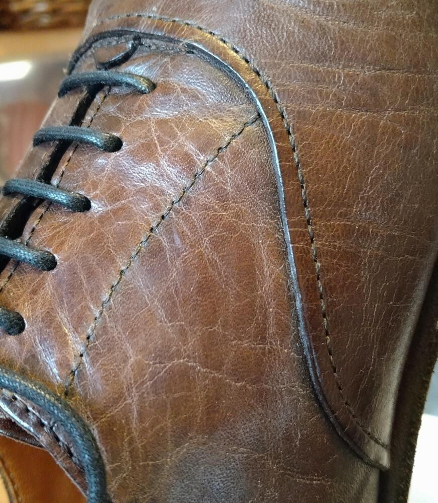 ネットで中古の革靴を購入しました。 馬のヌメ革です。 見てみたところ、表面にひびが入っている箇所がありました。 知りたいことは、 これは、乾燥によるものなのか? クリーム等塗れば目立たなくなるのか。 またヌメ革は、ちゃんとケアしていればヒビは入らないものなのか。 それとも元々の皮の個性なのか? よろしくお願い致します。