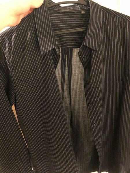在宅学習で新社会人生活が始まって 明日が初めての週に一回の出社日です。 会社自体はオフィスカジュアルで仕事をされてるのですが、 黒のリクルートスーツの中に ユニクロで買ったこの紺と黒の間くらいの色のシャツ着るのはまだやめておいたほうがいいですかね? 女です。