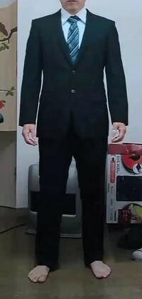29歳の男ですが 転職に黒のスーツは変でしょうか? 7年前にたしか青山で転職活動用として購入したと思います 職業はずっと飲食店でスーツを着ることもなく状態はかなり綺麗で面接先も飲食店です 29歳で就活生みたいなスーツで面接行って大丈夫でしょうか