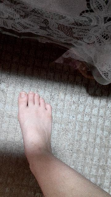 足幅ひろいですか?足幅が広いかどうかの基準が分かりません。