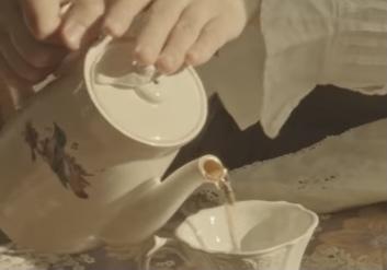 このポットを探しています。 蓋の取手にも鳥があるように思います。 ティーポットです。 探していますがわかりません。 食器などに詳しい方教えてもらえると嬉しいです! よろしくお願いします。