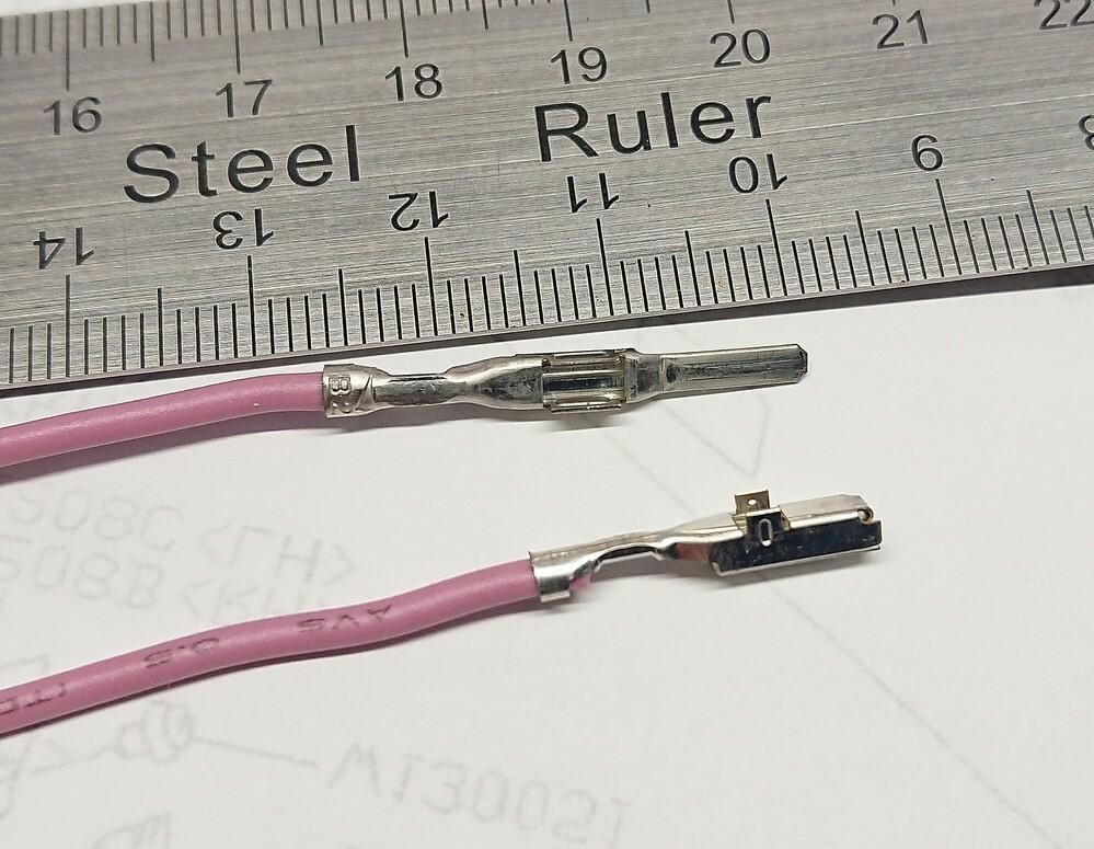スバルのサービスコネクタ(15P)に使われているカプラー用端子が欲しいのですが、メーカーや型式など、何という名称なのでしょうか? 色々調べたのですが全く同じ物は見つかりませんでした。オスの全長は27mm、先端の幅は2mm、メスの全長は18.5mm、先端の幅は3mmになります。