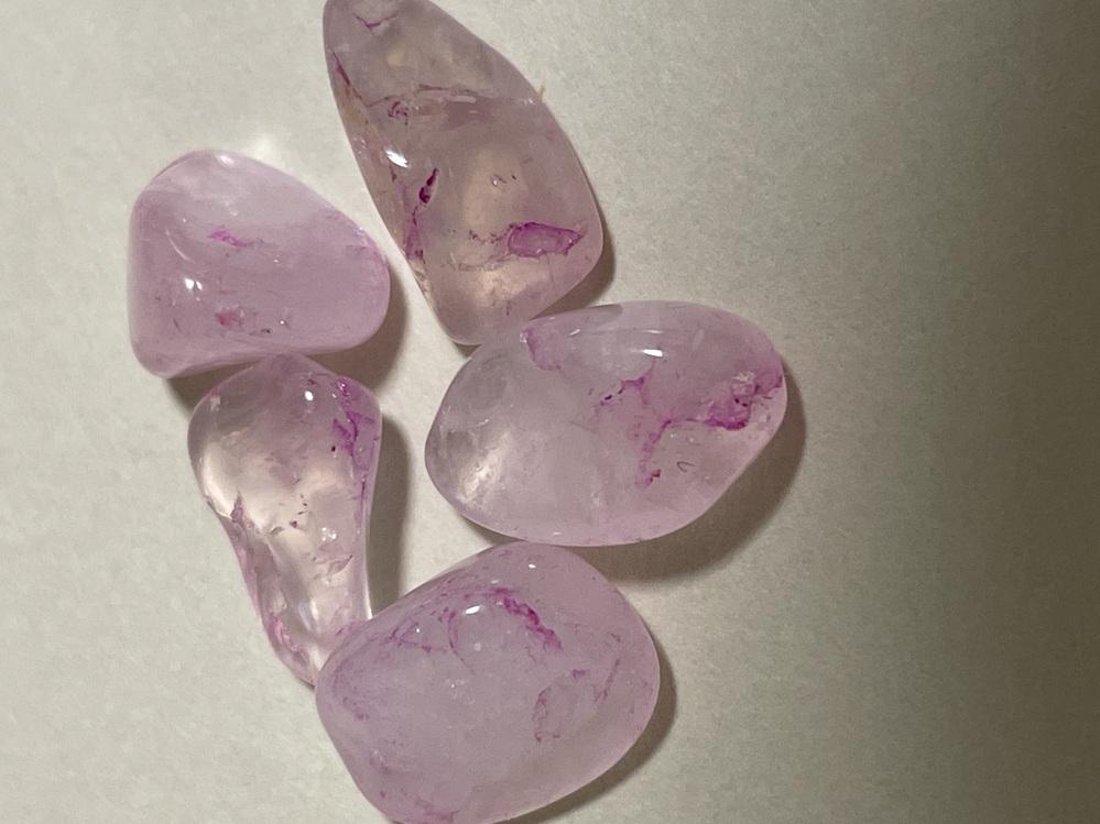 天然石のローズクォーツを購入しましたが、ピンク色の線のようなものが入った石があります。 このローズクォーツは染めてあるのでしょうか?天然のローズクォーツで、こんなピンク色が出るのでしょうか。