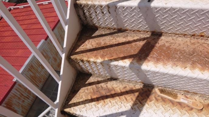 サビが酷く、汚れも酷い階段のペンキを塗りたいのですがどういう手順ですればいいですか?サビ取りのキリがないぐらいのサビです。一旦水で汚れを洗い流すのはNGでしょうか