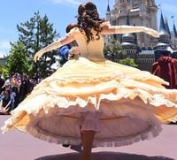 美女と野獣のベルは、なぜドレスの下にこんなパンツを履いているのですか? . 東京ディズニーランドの園内を徘徊しているプリンセスのベルは、 なぜドレスのスカートの中にこんなパンツを履いているのですか? ドレスのスカートの下が普通のショーツじゃダメなんですか?  万が一この姿で転んでも、スカートの中の下着を見られない様にですか? 言わば見せパン的な物で、スパッツの様な物ですか?