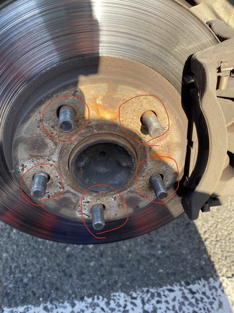 ハブの画像の丸印をつけた部分(タイヤを取り付けるためのボルト)がガタついてるのですが、これは修理が必要ですか? 車はトヨタMR2です