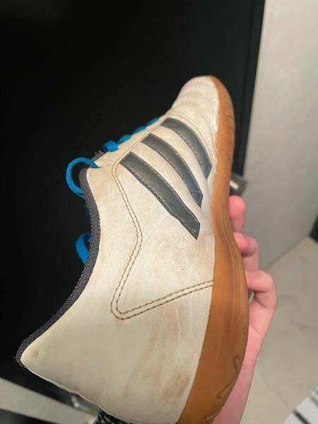 室内で履くシューズなのですが、グラウンドで使ってしまって、土汚れがあります。この汚れを綺麗にとる方法ってないでしょうか?