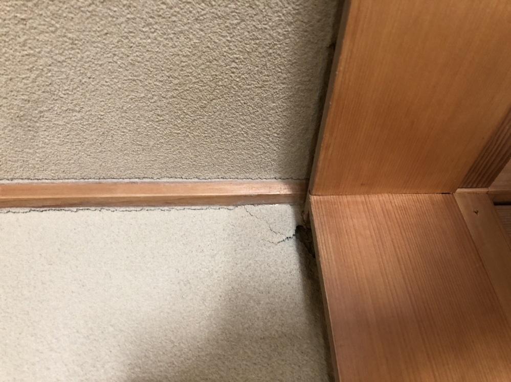添付の写真のような壁のひび割れは深刻な問題では無いでしょうか、端の方に柱に沿ってあるのと、角の部分は崩れています。 (向きが変になりました、左が上です) 不動産屋さんへ確認したところ表面が経年劣化しているだけと言われましたが、第三者の意見もお聞きしておきたいです。 建物は木造で築約50年です。