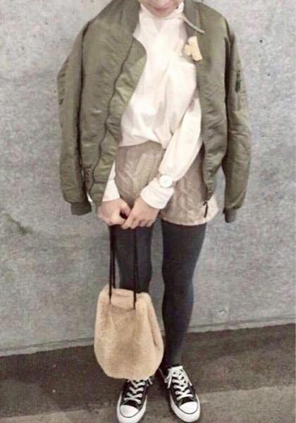 ニットのホットパンツで外出するのはNG? 画像のコーデですが、秋田県在住なので冬っぽい感じです。天候が良ければ生脚ソックスにしようと思います。ニットですがあくまでもホットパンツなので、ファッション雑誌では参考コーデありますが、お母さんはスカートの下に穿く毛糸のパンツみたいだから、自宅ではいいけど外に出かけるのはNGだといってますがどうなのと思います。 17歳のJK