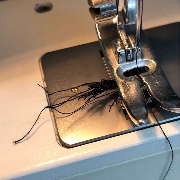 ミシンについて質問です。 3針ぐらい進めたところで変な音がしてこのように糸がぐちゃぐちゃになってしまいます。 対処方法を教えてください。