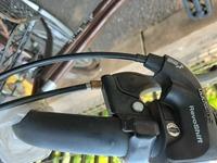 自転車 ママチャリの ブレーキレバーの サビは どうやって 落としたら いいでしょうか 。 金ヤスリで こすって 錆を落としても いいでしょうか 。  または 100均で売っている サビ落としクリームを塗って錆を 落とした方がいいでしょうか。  質問画像の中央の 鉄の部分が 錆びています。  自転車の錆の 落とし方について 教えてください。