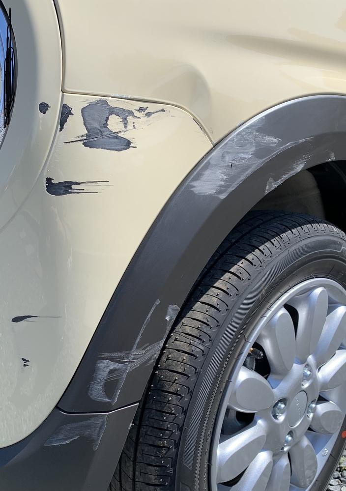 質問失礼致します! 納車当日に新車をガードレールに擦ってしまいました... 結構大きい傷で自分で治すにも悪化させてしまいそうで、業者さんに頼むか迷っています。 この傷だと直すのにいくらぐらいかか...