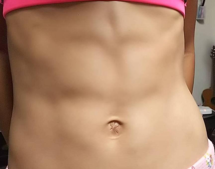 この腹筋はシックスパックに割れて見えますか?凄いですか?