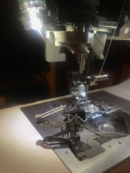brother コンピュータミシン EMU17/EMU15シリーズについて 上糸を通していたところ、写真のように部品が取れてしまいました。 どの部分が取れたかも分からず、どこにつけたらいいのか...