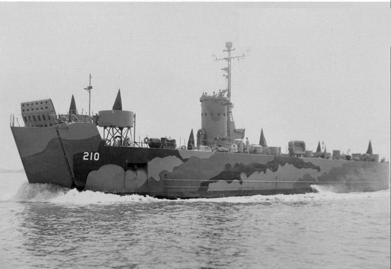 この揚陸艦(LSM-210)が出しているのは冷却水(エンジン)ですか?