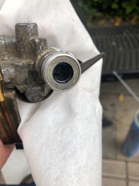 ジャイロXのオイルポンプのシールを交換しようと思ったのですが、このタイプ(中期?)の交換の仕方が解りません。 この金属の丸の部分は外れるのでしょうか? またオイルシールのサイズは10.2mmで合...